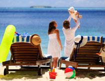 在海边游玩的一家人高清图片