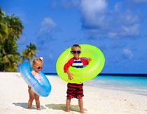 海滩上的开心儿童人物高清图片