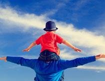 做飞翔姿势的父子摄影高清图片