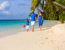 漫步在海滩上的一家人高清图片
