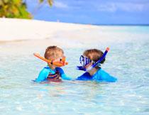 在玩潜水的俩小孩摄影高清图片