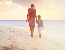 走在海滩上的母子摄影高清图片