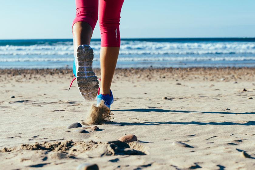 在身后扬起沙尘的跑步人物图片
