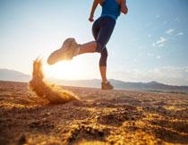 在山地环境跑步的人物高清图片
