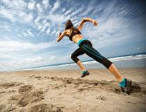 在奋力冲刺的跑步美女高清图片