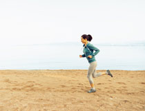 在海边跑步的短发美女高清图片
