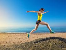 在跨越障碍的跑步人物高清图片