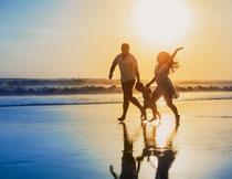 漫步在沙滩上的一家人高清图片