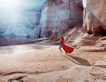 在崖底的红裙美女摄影高清图片