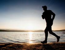 在湖边跑步的人物剪影高清图片