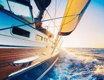海上乘风破浪的游艇摄影高清图片