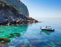 湛蓝海面上的游艇摄影高清图片