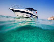 停在水面上的游艇摄影高清图片
