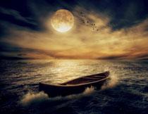 激起水花的小木船摄影高清图片