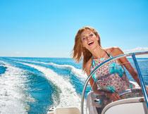驾驶着游艇的美女摄影高清图片