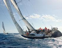 在海上捕鱼作业的船只高清图片