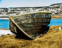 在岸边年久失修的木船高清图片