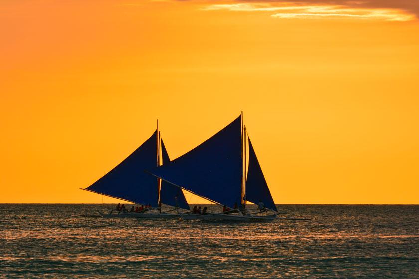 风景风光高清素材大图图片 素材描述: 海上扬帆起航的两艘船高清图片