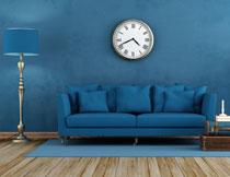 沙发落地灯与墙上挂钟高清图片