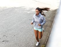 卫衣装扮跑步美女摄影高清图片