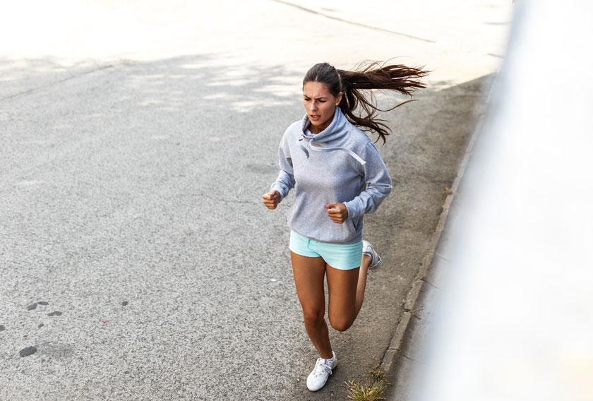 关键字栏: 人物美女女人女性跑步卫衣短裤长发秀发马尾发慢跑路面健身