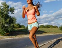 在路上开心跑步的美女高清图片