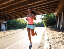 长发飘飘跑步人物摄影高清图片