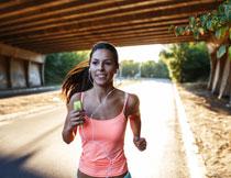 在一路往前奔跑的美女高清图片