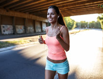 正跑步经过桥下的美女高清图片