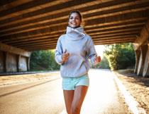 卫衣短裤打扮跑步美女高清图片
