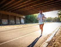公路上跑步的美女摄影高清图片