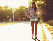 跑步有点累的美女摄影高清图片