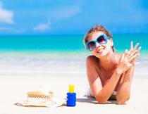 趴在海边沙滩上的美女高清图片