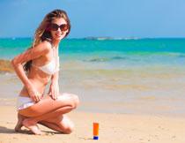 沙滩上的泳装美女摄影高清图片