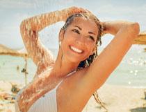 海边开心泳装美女摄影高清图片