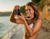 在海边拍照的美女摄影高清图片