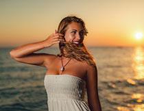 黄昏海边开心美女摄影高清图片