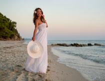 海边抹胸长裙美女摄影高清图片