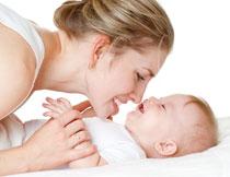 逗宝宝开心的宝妈摄影高清图片