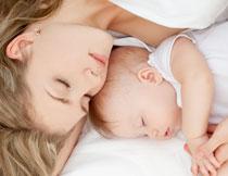 一同睡觉的母子俩写真摄影图片