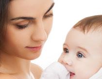 抱在怀里的可爱小宝宝高清图片