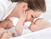 做亲子互动的母子摄影高清图片