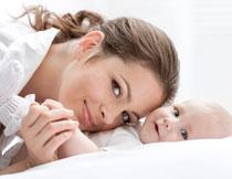 手握着宝宝小手的妈妈高清图片