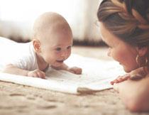 在大毛巾上爬行的宝宝摄影图片