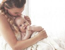 躺在妈妈怀里的小宝宝高清图片