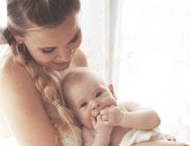 被妈妈抱着的宝宝摄影高清图片