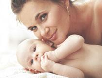 与妈妈在一起的小宝宝高清图片