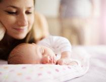 在妈妈守护下睡觉的小宝宝图片