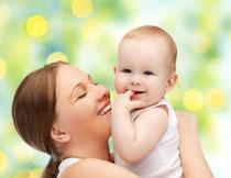 绽放开心笑容的母子俩高清图片