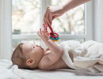看到玩具的开心小宝宝高清图片